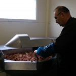 Découpe et mélange du gras, de la viande et de l'assaisonnement